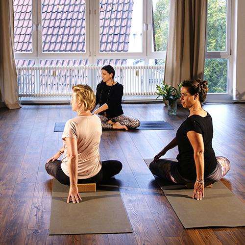 Drei Frauen im Yogaraum Ravensburg beim Kurs Yoga für Anfänger.