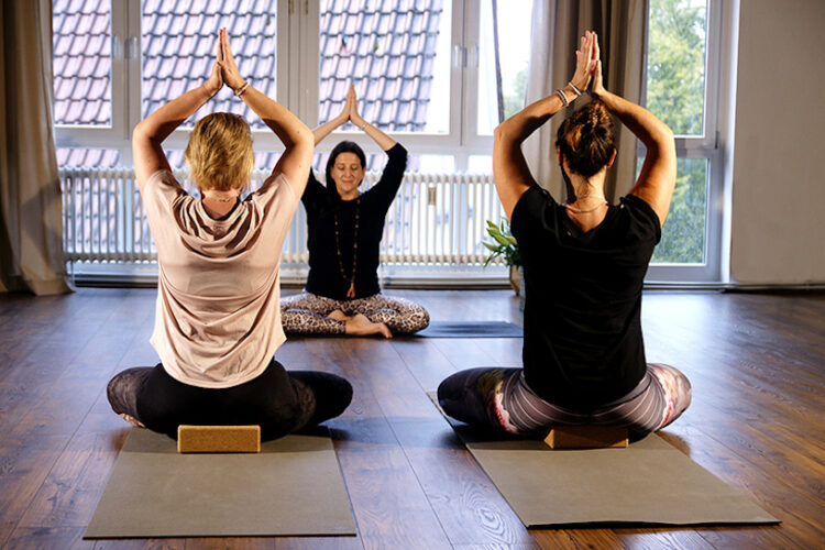 Frauen entspannen im Yogaraum Ravensburg mit Vinyasa Yoga..