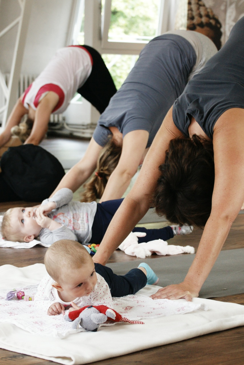 Frauen stärken ihr Becken nach der Schwangerschaft mit Rückbildungsyoga im Yogaraum Ravensburg.