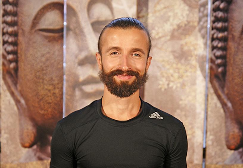 Yoga Lehrer Vladimir aus dem Yogaraum Ravensburg hat kurze braune Haare und einen Bart.