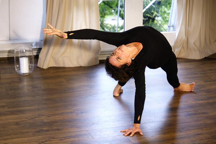 Freu beugt sich in einer Yogaübung nach hinten. Hatha Yoga und Vinyasa Yoga findet im Yogaraum Ravensburg statt.
