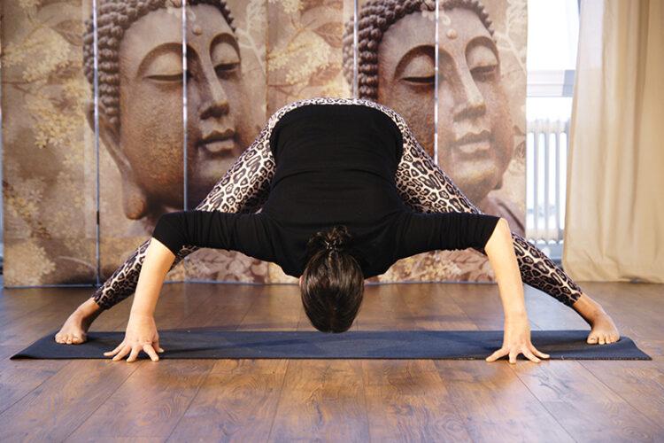 Frau macht einen Spagat im Hatha Yoga Kurs im Yogaraum Ravensburg.