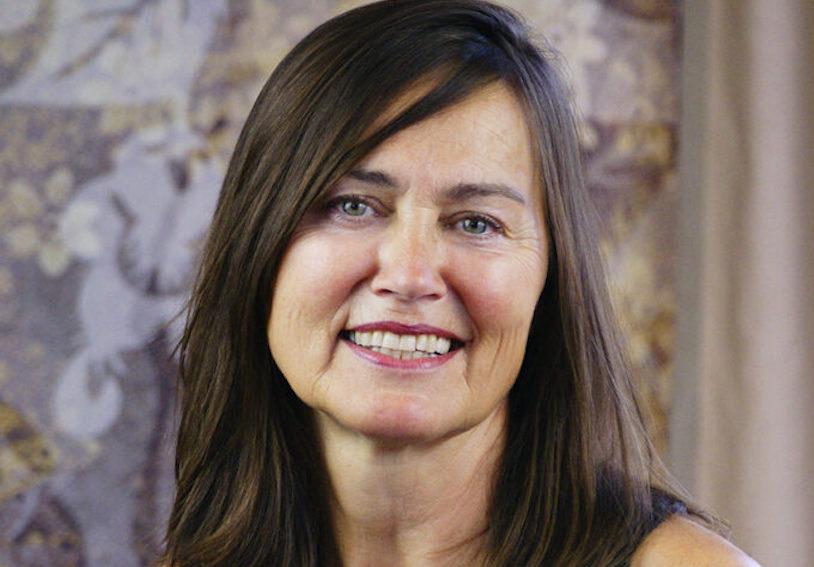 Yoga Lehrerin Evi aus dem Yogaraum Ravensburg hat lange braune, glatte Haare.