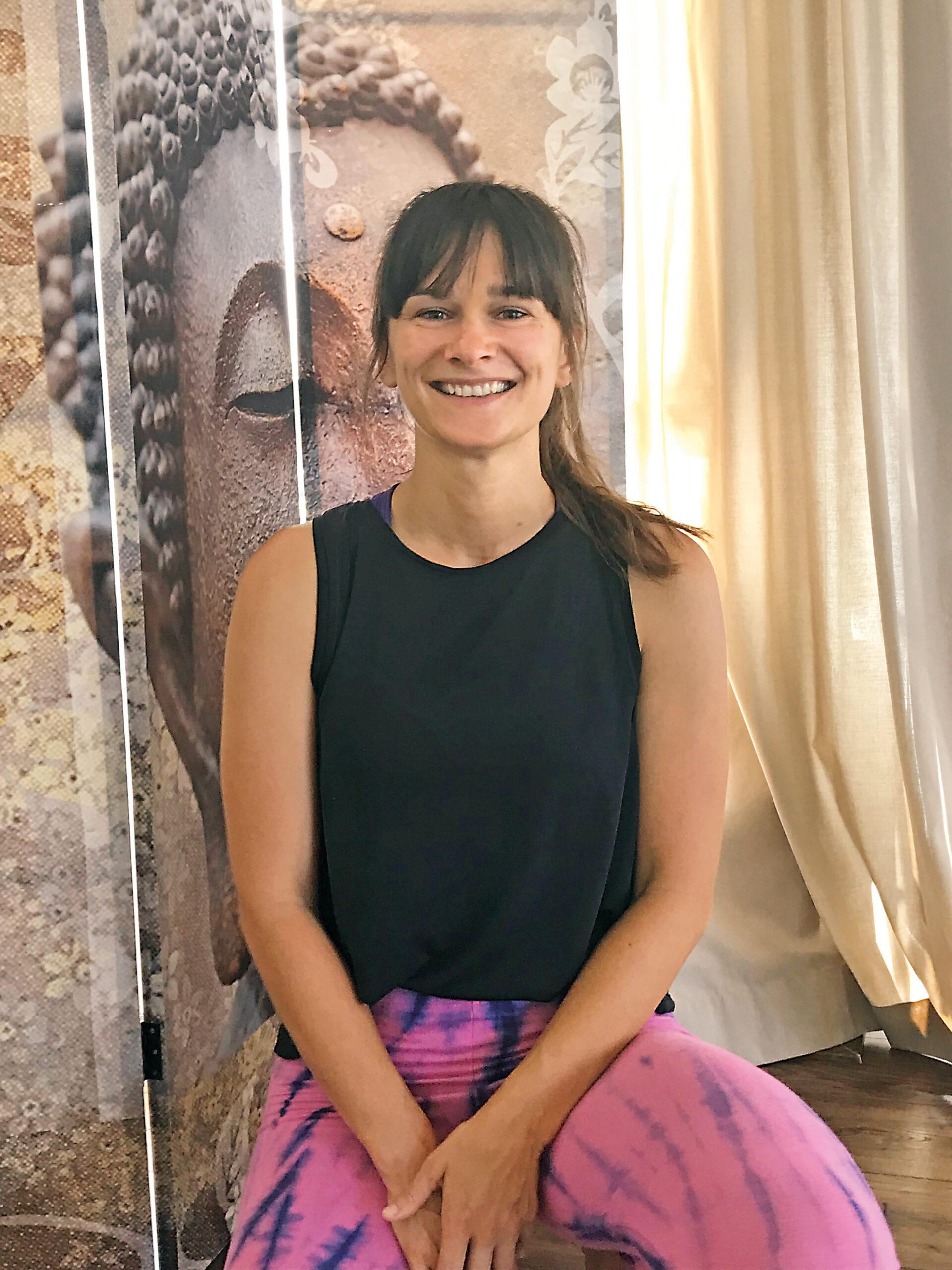 Yoga Lehrerin Theresa aus dem Yogaraum Ravensburg hat braune Haare und einen frechen Pony.