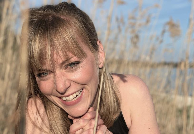 Yoga Lehrerin Birte aus dem Yogaraum Ravensburg hat blonde Haare und blaue Augen.